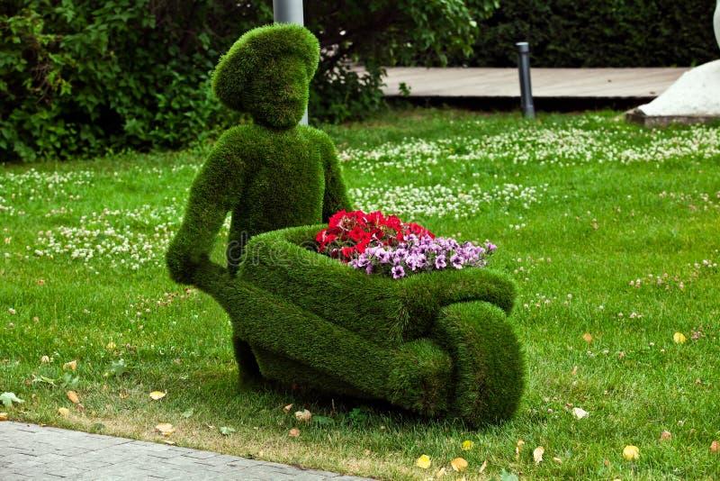 Diagram av en man med en vagn som göras av gräs royaltyfri bild