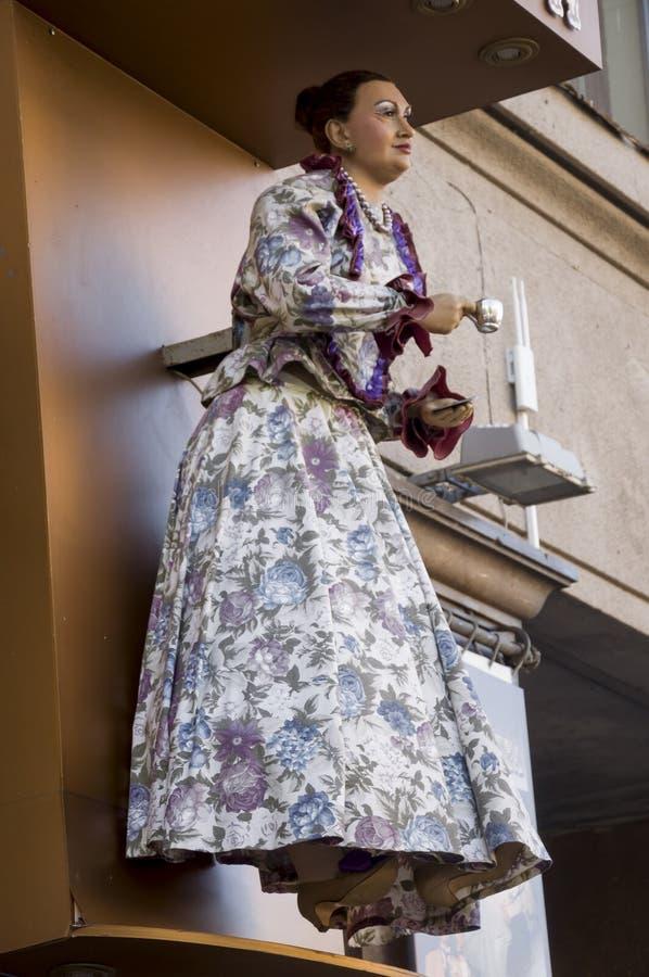 Diagram av kvinnan i härlig klänning med en kopp av välkomna gäster för utslagsplats eller för coffe Dockan på väggen av shoppar fotografering för bildbyråer