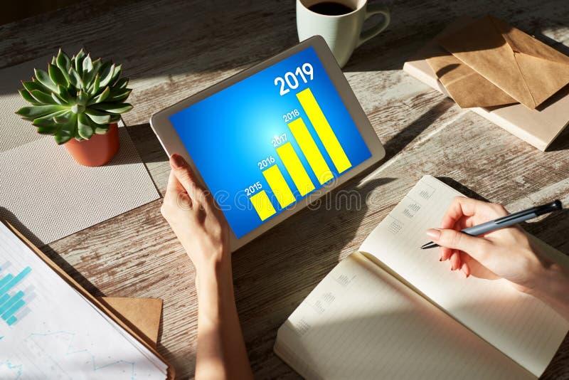 Diagram för affärsstrategi på 2019 år Finansiellt tillväxtbegrepp på skärmen arkivfoton