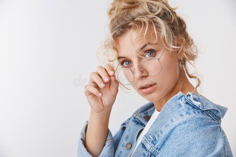 Diagram för studie för kvinnlig student för attraktiv smart innegrej för närbild nyfikna ifrågasatte blåögda lockig-haired blonda fotografering för bildbyråer