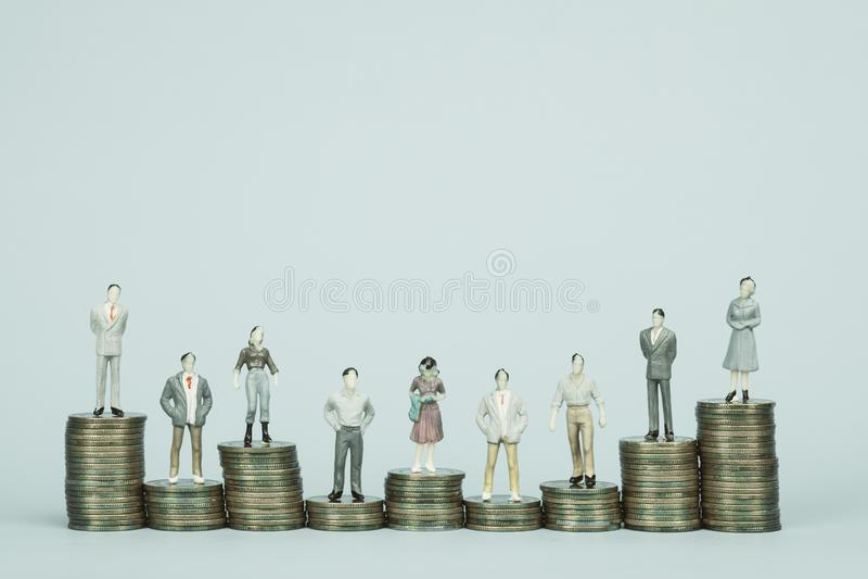 Diagram miniatyraffärsman eller litet anseende för folkaktieägare- och för kontorsarbetare sekreterare på myntbunt, för pengar oc royaltyfri foto
