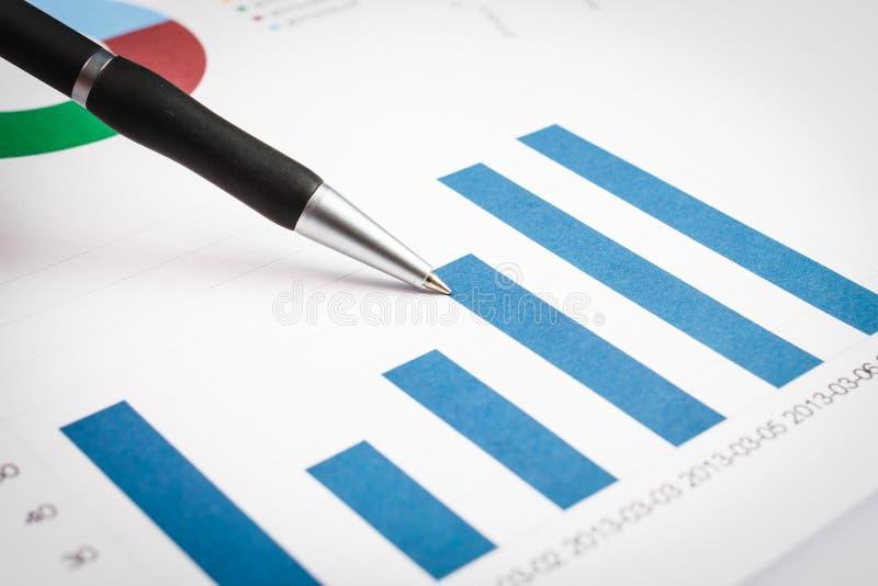 Diagram na pieniężnym raporcie fotografia stock