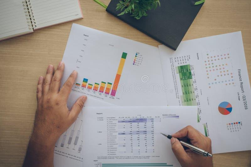 Diagram och grafer av försäljningar - ett symbol av den lyckade företags affären arkivfoton