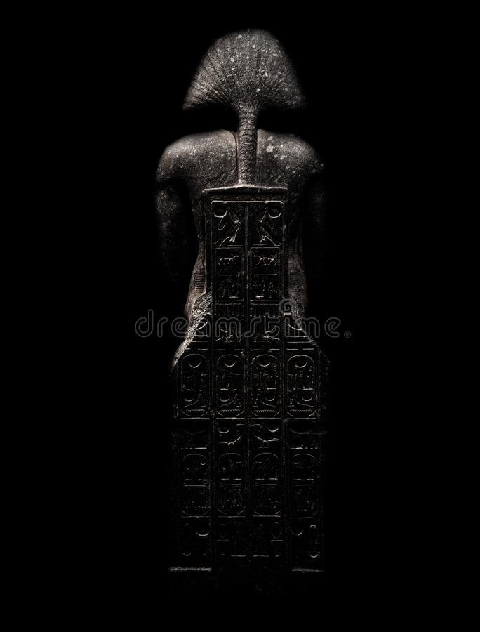 Diagram som är allusive till farao som isoleras på svart bakgrund som bakifrån ses med gravyrer royaltyfria bilder