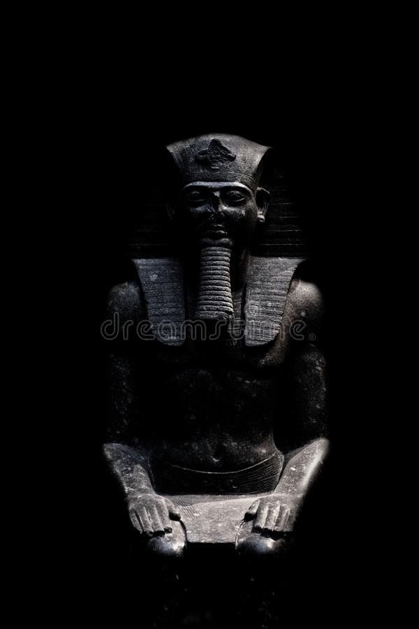 Diagram som är allusive till farao som isoleras på svart bakgrund som ses från framdel royaltyfri bild