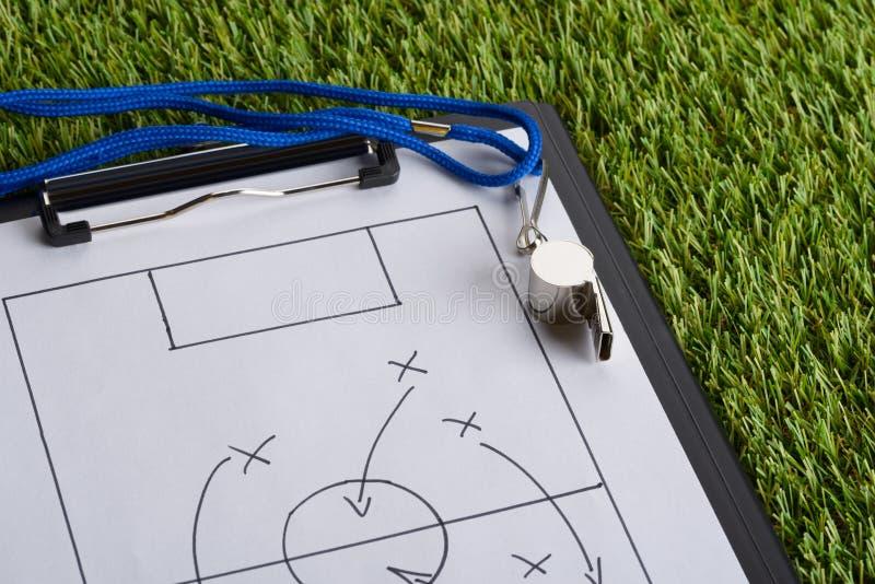 Diagrama de la táctica del silbido y del fútbol en el papel imagen de archivo
