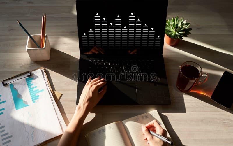 Diagrama en la pantalla del dispositivo Compra y venta de acciones, divisa, concepto de la inversión imagen de archivo libre de regalías