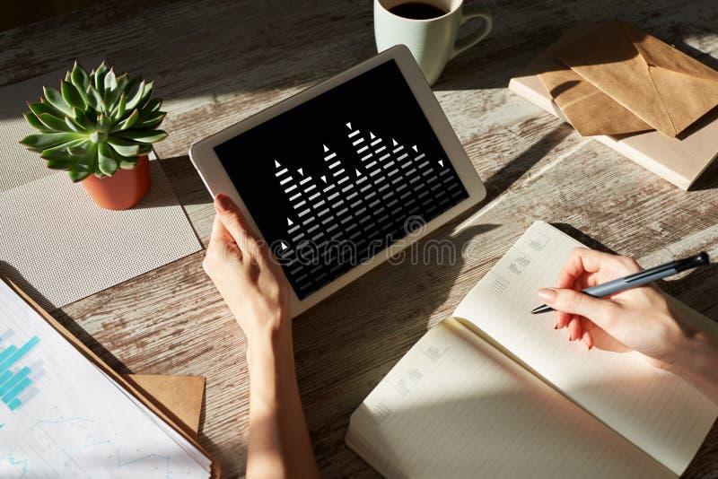 Diagrama en la pantalla del dispositivo Compra y venta de acciones, divisa, concepto de la inversión imagen de archivo
