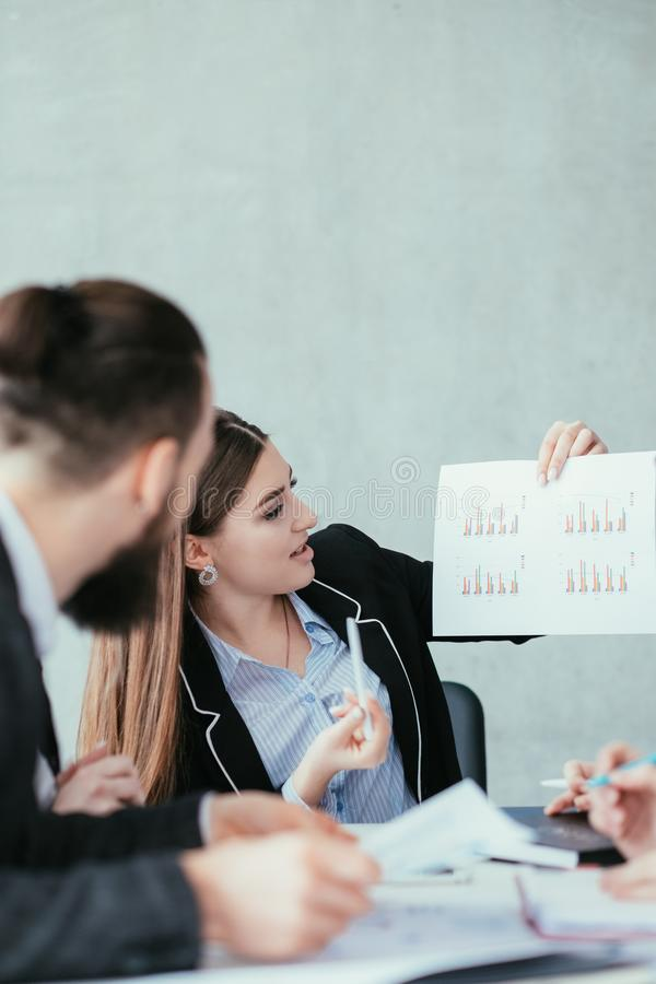 Diagramas de la mujer de negocios del análisis de las tasas de crecimiento fotos de archivo