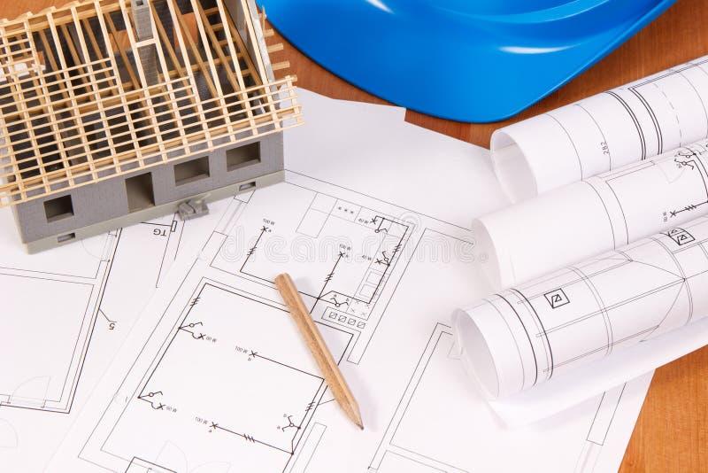 Diagramas ou modelos bondes, acessórios para trabalhos do coordenador e casa sob a construção, conceito home de construção imagens de stock