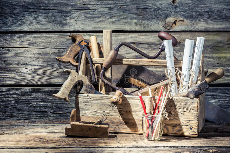 Diagramas y caja de herramientas técnicos del vintage de la carpintería imagenes de archivo