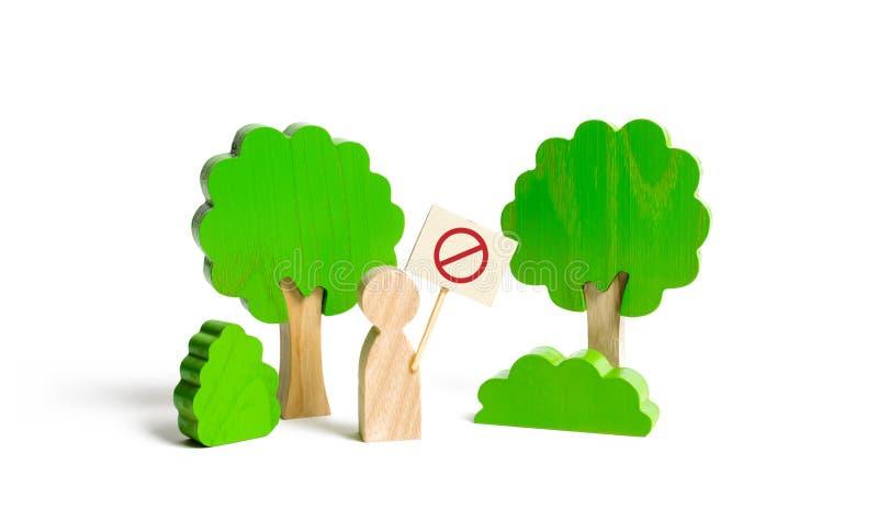 Diagramet av en man med en affisch visar en protest i skogsvården av skogen från att logga och naturen från förorening royaltyfri fotografi