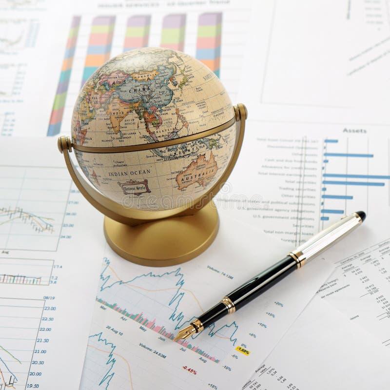 Diagramme, Diagramme, Tabellen. Geschäftsschreibtisch stockbild