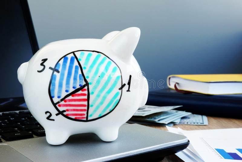 Diagramme financier d'un côté de tirelire et d'argent Gestion de patrimoine image stock
