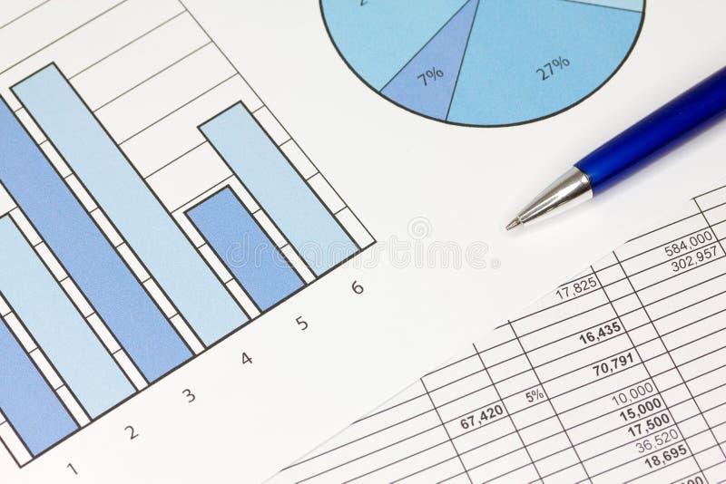 Diagramme im Blau mit Kalkulationstabelle und Feder lizenzfreie stockbilder