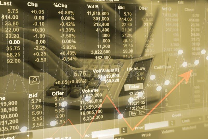 Diagramme marchand de marché boursier ou de forex pour pour l'investissement avec la fin vers le haut de la calculatrice de jeune image stock