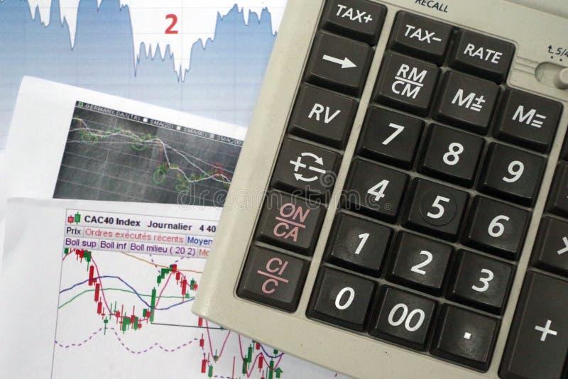Diagramme, Diagramme, Taschenrechner Maklerwerkzeuge, zum des Aktienmarkts zu analysieren und der rechten Entscheidung zu treffen stockfoto