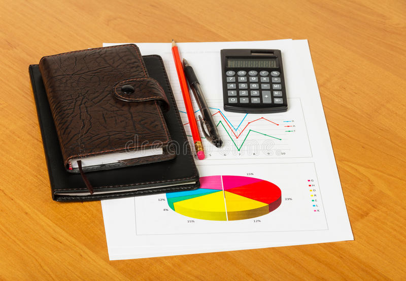 Diagramme und Geschäftszubehör lizenzfreies stockfoto