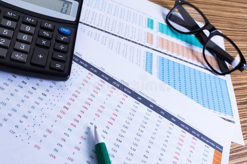 Diagramme und Taschenrechner lizenzfreies stockfoto