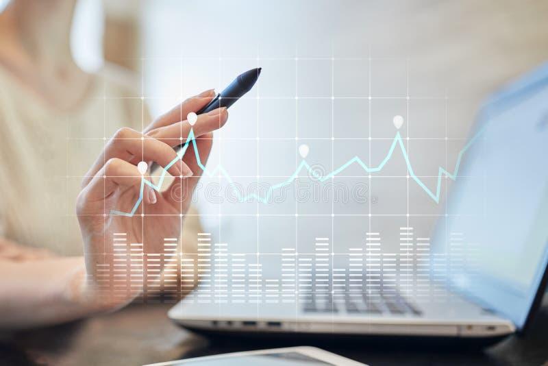 Diagrammen en grafieken op het virtuele scherm Bedrijfsstrategie, de technologie van de gegevensanalyse en financieel de groeicon stock foto's
