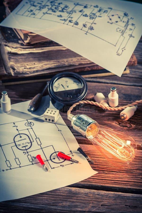 Diagrammes, ampoule d'Edison et livres électriques à l'école photographie stock libre de droits