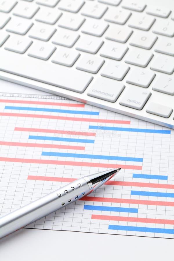 Diagrammes de Gantt de plan de projet avec le clavier d'ordinateur photographie stock libre de droits