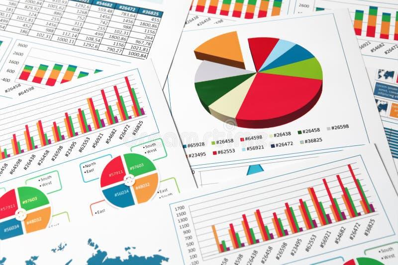 Diagrammes et graphiques de papier dans le rapport photographie stock