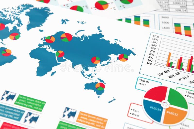 Diagrammes et graphiques de papier dans le rapport photos stock