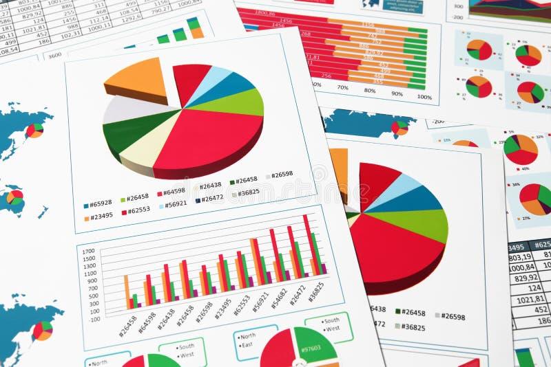 Diagrammes et graphiques de papier dans le rapport images stock