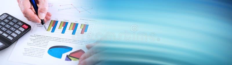 Diagrammet analyserade vid en affärsman; panorama- baner royaltyfria foton