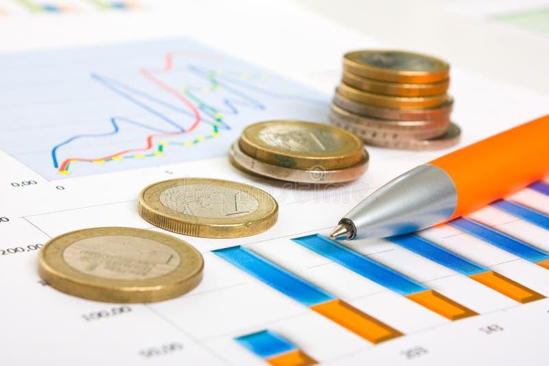 Diagrammi e monete fotografie stock libere da diritti