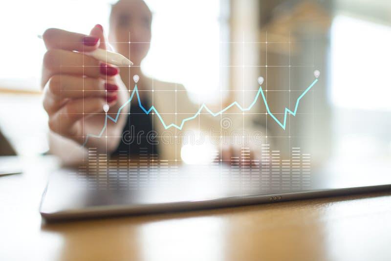 Diagramy i wykresy na wirtualnym ekranie Strategia biznesowa, dane analizy technologia i pieniężny wzrostowy pojęcie, obrazy royalty free