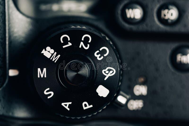 Dial de control de la cámara digital que muestra la abertura, la velocidad de obturador, el manual y modos de programa imagenes de archivo