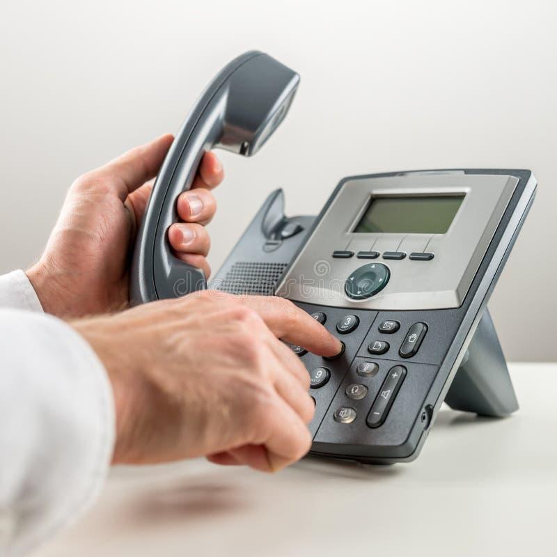 Dialaing een telefoonnummer stock afbeeldingen