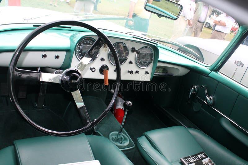 Diales clásicos del interior del coche de deportes foto de archivo libre de regalías