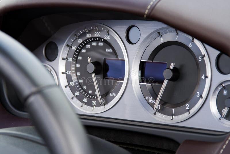 Diales del cromo en el coche moderno rápido fotos de archivo