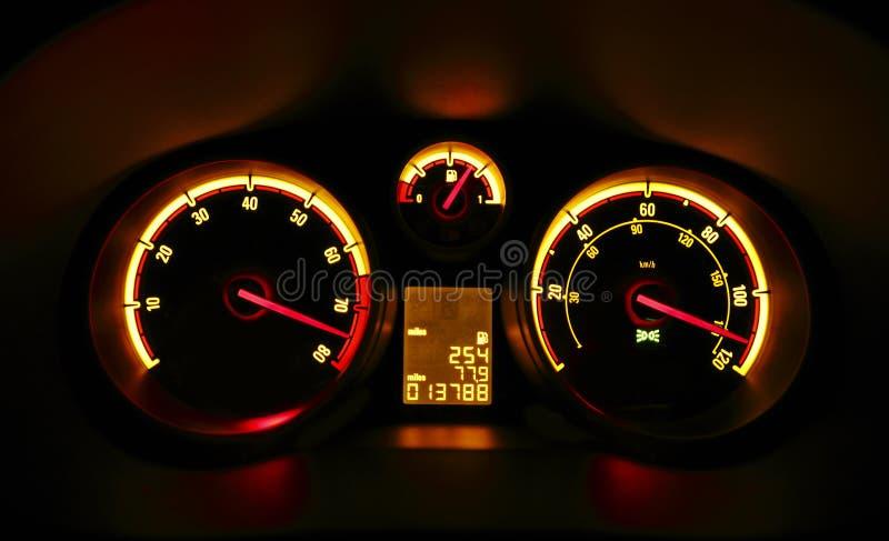 Diales del tablero de instrumentos del coche en la noche fotografía de archivo libre de regalías