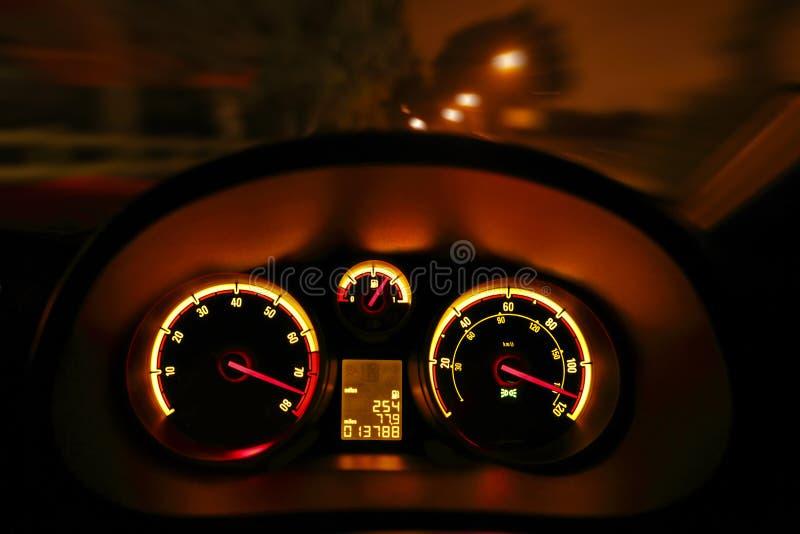 Diales del tablero de instrumentos del coche en la noche fotos de archivo libres de regalías
