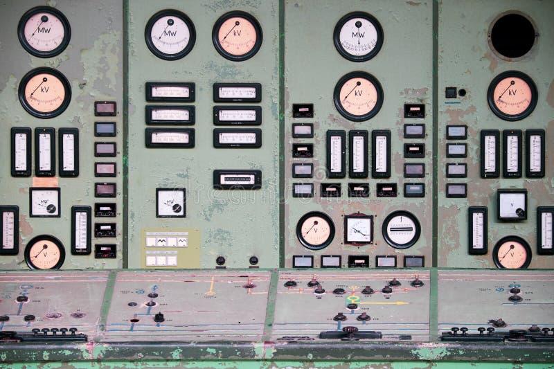 Diales e interruptores en la sala de control abandonada fotos de archivo libres de regalías