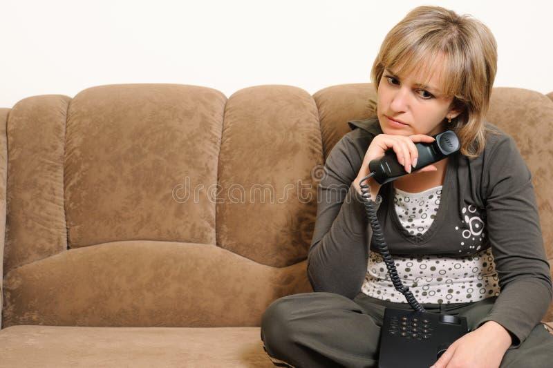 dialog żenująca telefonu kobieta obrazy stock