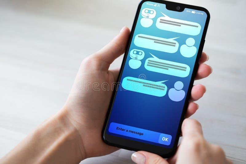 Dialogo del chatbot e del cliente sullo schermo dello smartphone ai Concetto di tecnologia di automazione di servizio e di intell immagine stock
