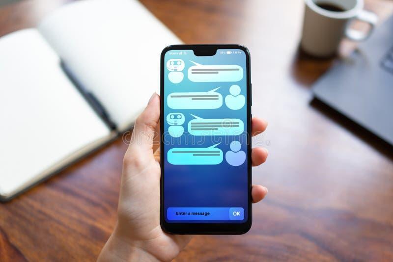Dialogue de client et de chatbot sur l'écran de smartphone AI Concept de technologie d'automation d'intelligence artificielle et  photos stock