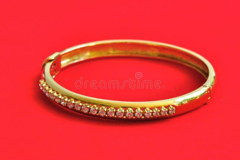 Diamant auf dem goldenen Armband stockbilder