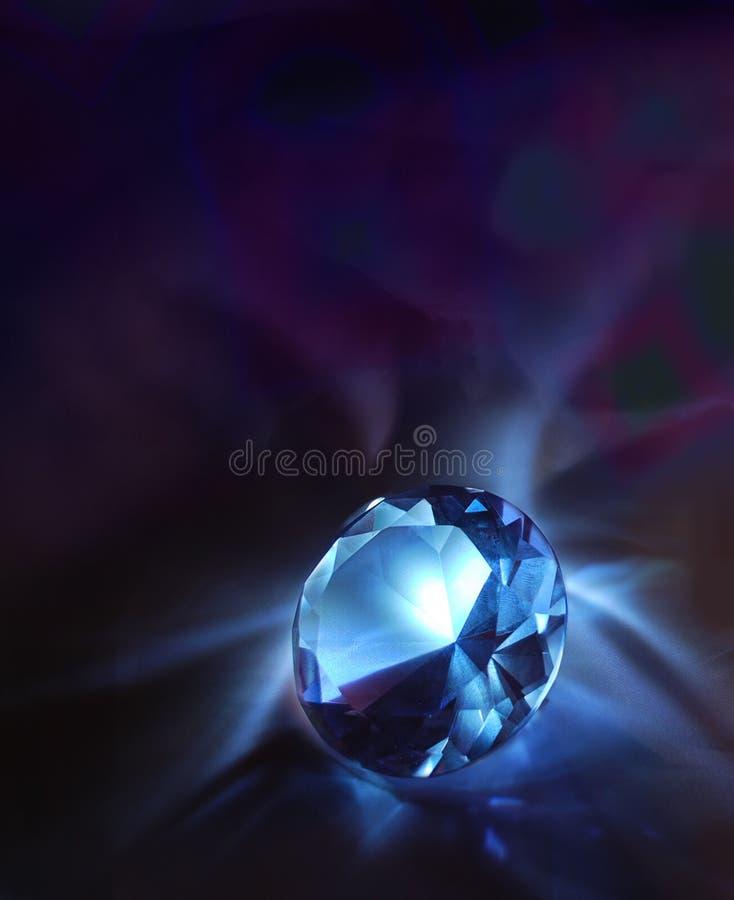 Diamant auf einem dunklen Hintergrund stockbild