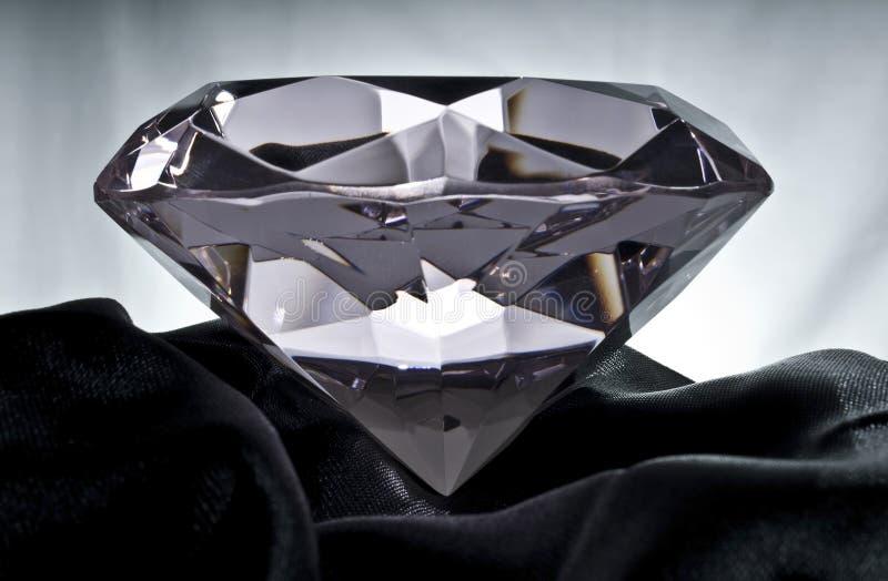 Diamant auf schwarzem Satin stockfotografie