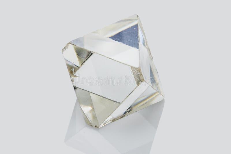 Diamant brut transparent d'isolement sur le fond blanc images libres de droits