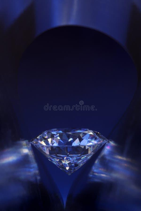 Diamant in der tief-blauen Leuchte lizenzfreie stockfotografie