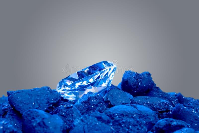 Diamant in einem Stapel der Kohle lizenzfreies stockbild