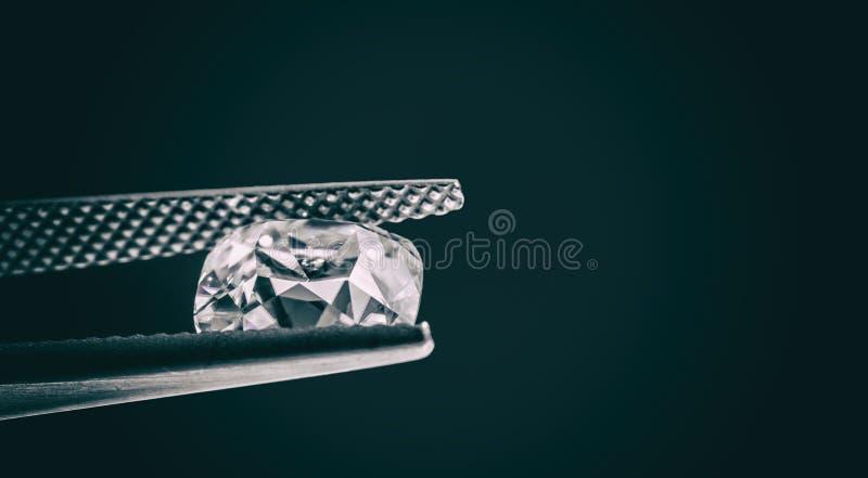 Diamant i pincett arkivbilder