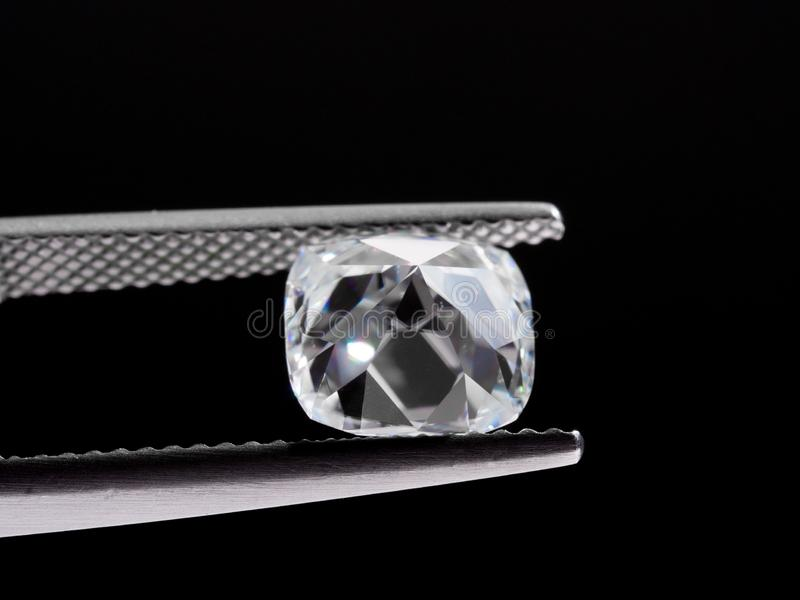 Diamant i pincett royaltyfria bilder